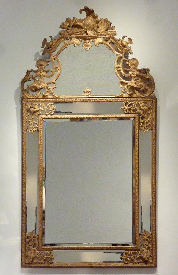 A giltwood Régence mirror « à parecloses »